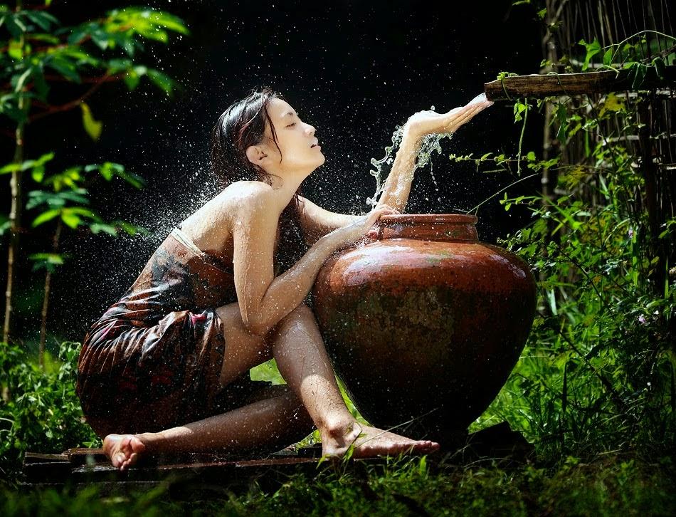 gadis-desa-mandi-di-sungai