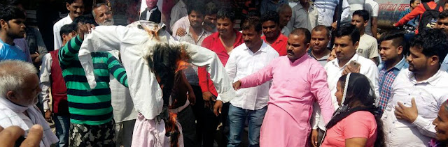 Santosh Yadav did the effigy of INLD MLA Nagendra Bhadana