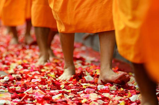 Chỉ ngón chân hoặc đặt bàn chân của bạn lên người hay các vật khác được coi là hành động bất lịch sự ở Thái Lan. Giơ chân hướng về phía chùa, tượng Phật hoặc nhà sư là cử chỉ đặc biệt thô lỗ và không thể chấp nhận. Bạn cũng sẽ bị đánh giá nếu dùng chân đóng cửa, bước qua hoặc đá một cái gì đó.