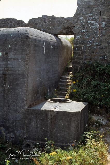 Fort d'Arboulé (la Varde), vestiges du fort du 17e s. et « Tobrouk » (emplacement pour mitrailleuse) couvrant la gorge de l'ouvrage.