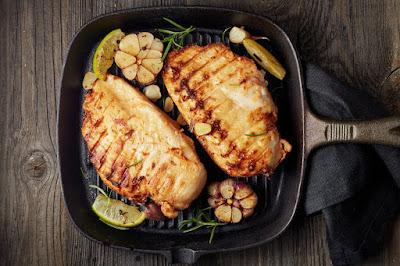 صدور دجاج محمرة مع الثوم المشوي