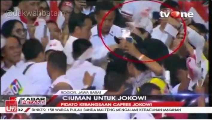 Viral Video Jokowi Dapat Kecupan Seorang Pria