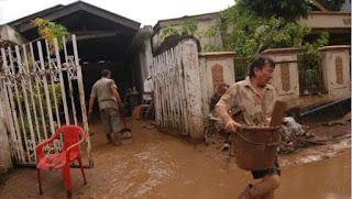 Banjir lumpur di Pulau Merah.
