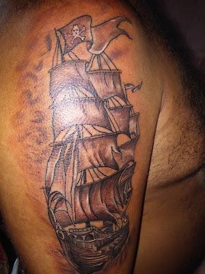 Tatuaje de barco negro y gris para hombre