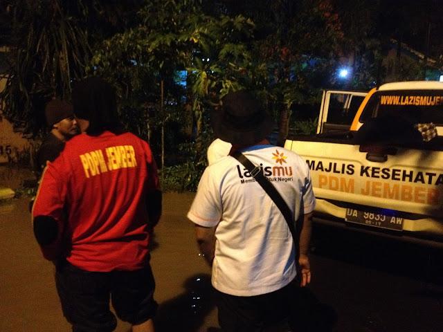 Team Lazismu Jember bersama KOKAM Jember memantau kondisi banjir