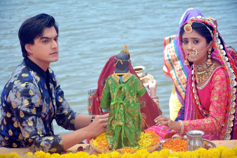 Kartik and Naira from Yeh Rishta Kya Kehlata Hai celebrate Ghangor on the show -2