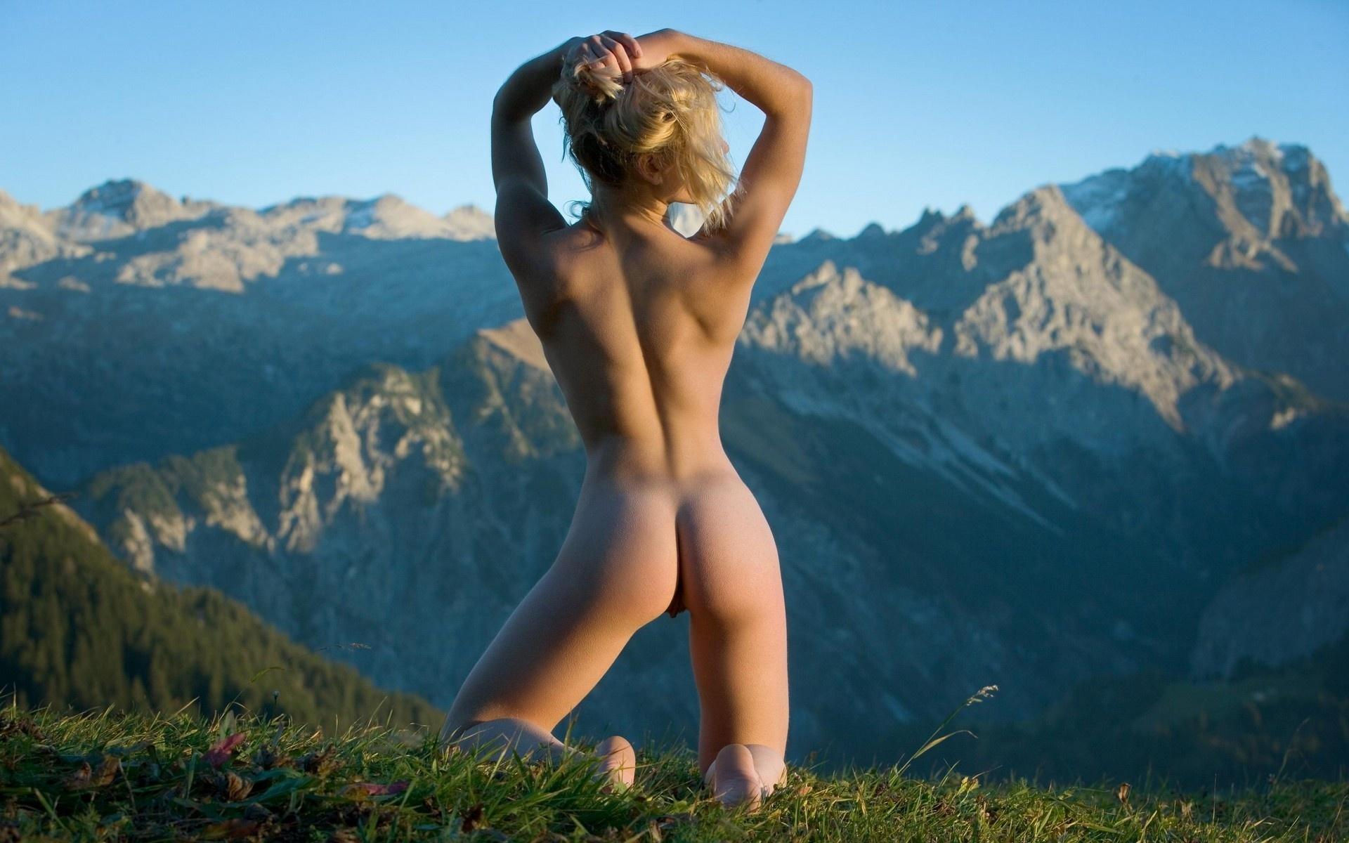 голые попы на фоне пейзажа