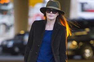 Hat, sunglasses and a guitar: Carla Bruni in the New York airport