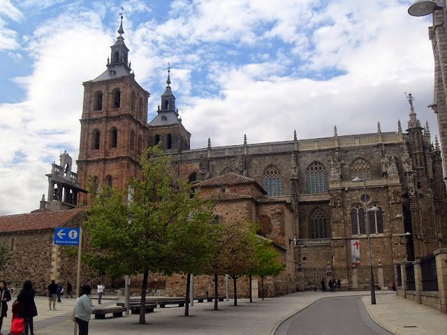 la impresionante catedral de Astorga