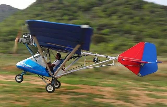 Imagen del sordo Saji Thomas probando su avión ligero X-Air-S construida con materiales reciclados