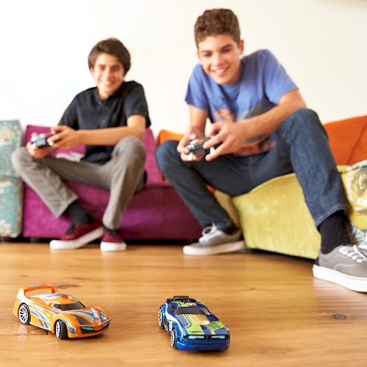 Coches con Inteligencia Artificial de Hot Wheels fuera de pista