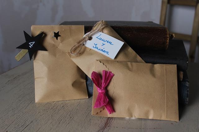 sobres-de-color-craft-con-diferentes-adornos-de-toallitas-naps