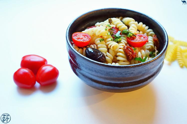 Le Chameau Bleu - Blog Cuisine asiatique  - Recette de Salade de pâte - Tomate - Câpre - Olive - Ngo Gai