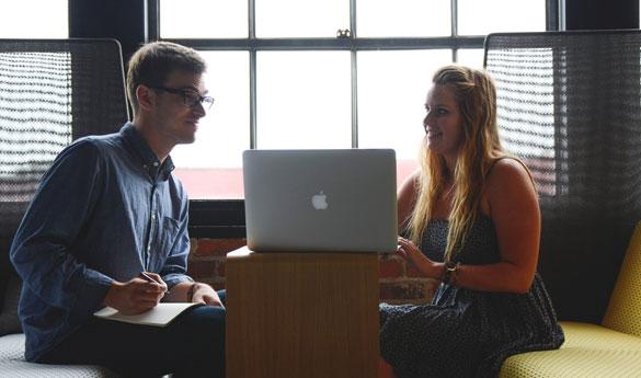 dois profissionais de redação publicitária