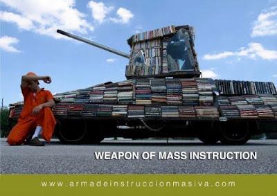 Meme de humor sobre los libros como armas