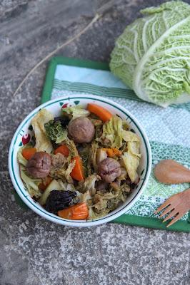 Cuillère et saladier : Potée de chou aux châtaignes et aux pruneaux