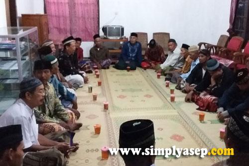 AQIQAH :  Inilah suasana tamu undangan yang hadir dalam rangka syukuran Putri kami, Tazkia.  Kebanyakan dari Jamaah Masjid At Taqwa. Foto Asep Haryono