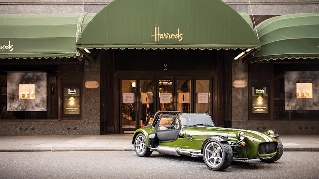 La famosa tienda Harrods junto al Caterham Seven