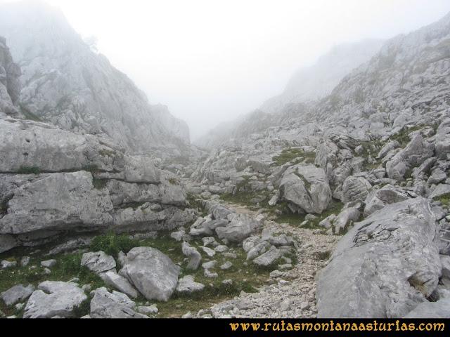 Mirador de Ordiales y Cotalba: Sendero entre caliza