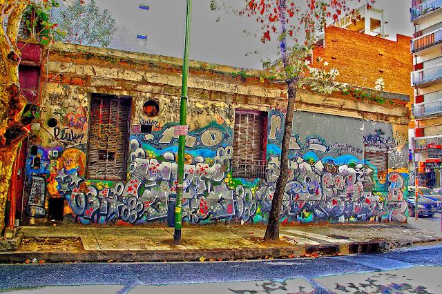 frente de una esquina con muchos grafitis.
