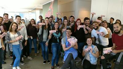 """Publicitários vivenciaram experiência de encontrar """"Golden Ticket"""" em barra premiada e personalizada da nova atração da emissora - Divulgação"""