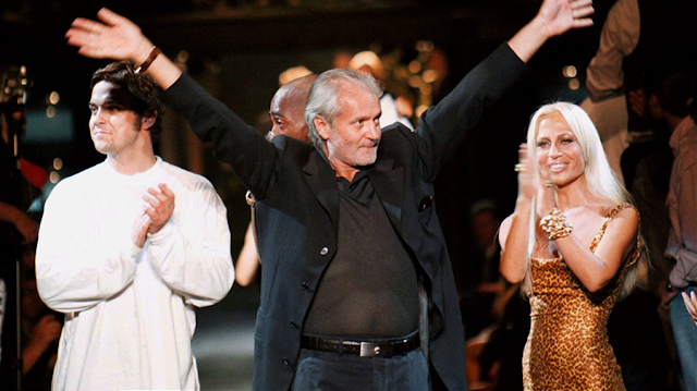 Gianni Versace junto a su hermana Donatella y Robbie Williams