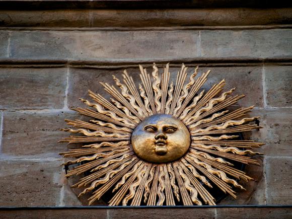 Sol, símbolo de Solsona sobre el Portal del Puente