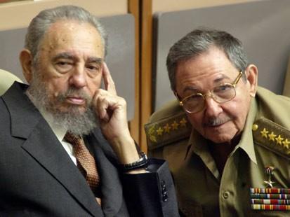 Resultado de imagen para Fotos: Fidel Castro transfiere la jefatura del Estado cubano de manera temporal a su hermano Raúl Castro