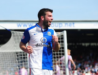 Gambar Grant Hanley. Jersi Blackburn Rovers biru putih.