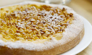 Una crostata alla marmellata di pere e pinoli