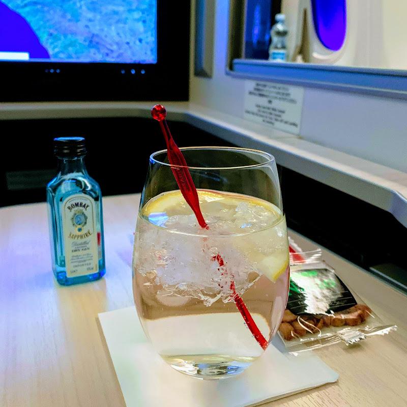 ジンを飲んでみる。さすがにヘルシンキのジンではなかった。 / 28レグ フィンランド・ヘルシンキ→東京(成田) / JAL414【2019年の搭乗メモ】