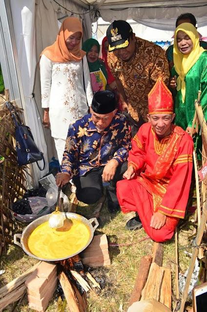 Wali Kota Mahyeldi ikut mengaduk kuah rendang.