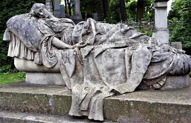 Escultura en cementerio