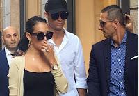 Ronaldo e Georgina, shopping di lusso a Milano con assalto dei fan