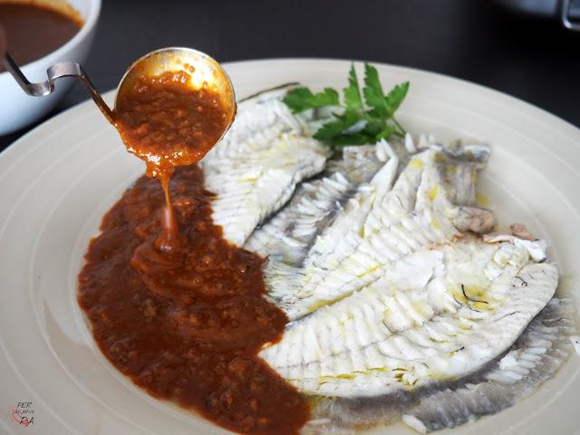La salsa balandra, a base una picada de pan, frutos secos, ajo y pimentón, cocinada con aceite, vinagre y caldo de pescado, es una salsa marinera típica de la cocina catalana.