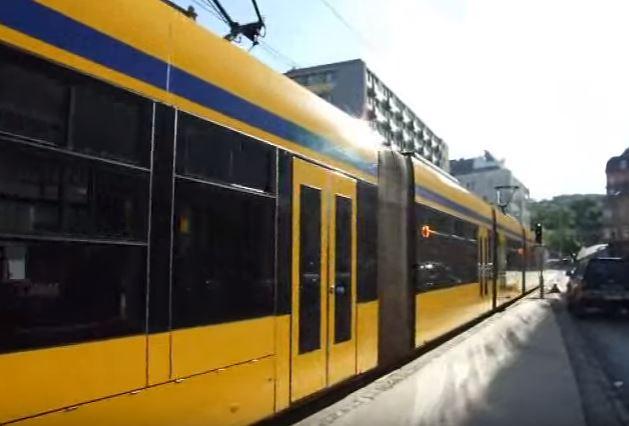 Szabályozottá válik az elektromos kerekes székkel és a mopeddel közlekedők utazása a főváros közösségi közlekedési járatain. A mozgásukban korlátozott személyek utazási lehetőségeiről a Budapesti Közlekedési Központ meghívására egyeztetést tartottak a mozgássérültek képviseletét ellátó szervezetek, az autóbusz- és villamosvezetők érdekképviseletei, illetve a közlekedési szolgáltatók. A felek megállapodása szerint a BKK részletesen kidolgozza az elektromos mozgássegítő eszközökkel való közlekedés szabályrendszerét.