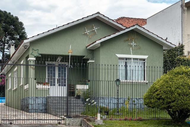 Casa com ornamentos de ferro
