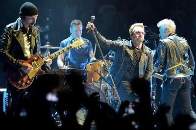 Foto de U2 cantando en el escenario