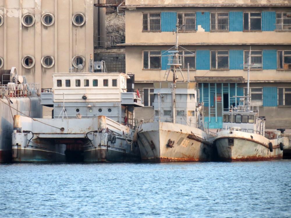 У Севастополі продовжують збирати захоплені судна ВМСУ