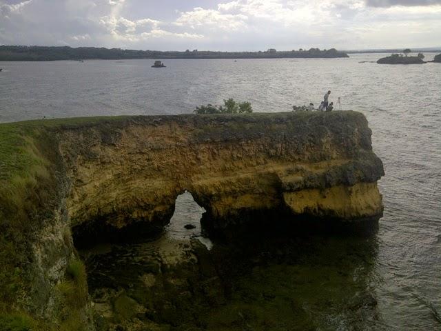 Tebing batu karang Pantai Pink - untuk foto dan duduk berdua