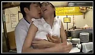 저녁 알바하는 식당에서 주방장과 눈맞은 유부녀 유즈키 아이
