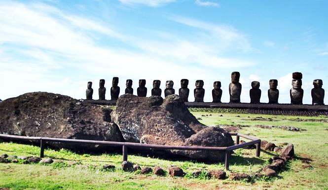 patung moai penjaga pantai pulau paskah