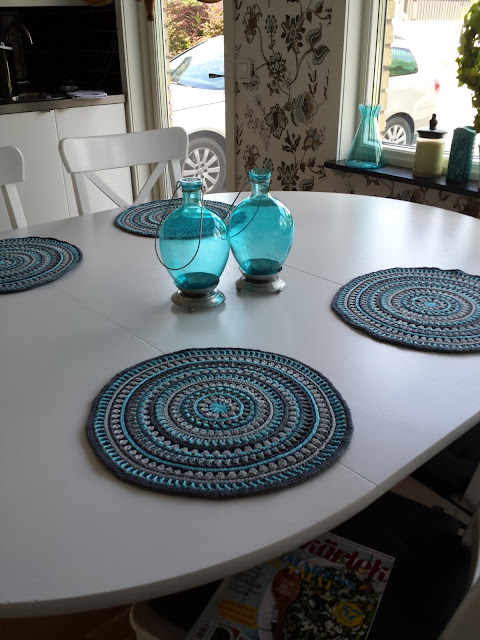 https://stitchesandsupper.com/2015/07/22/placemats-mandalastyle/