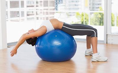 tập yoga với bóng