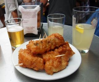 Buñuelos de bacalao rebozado propias de bares castizos del centro histórico de la ciudad.