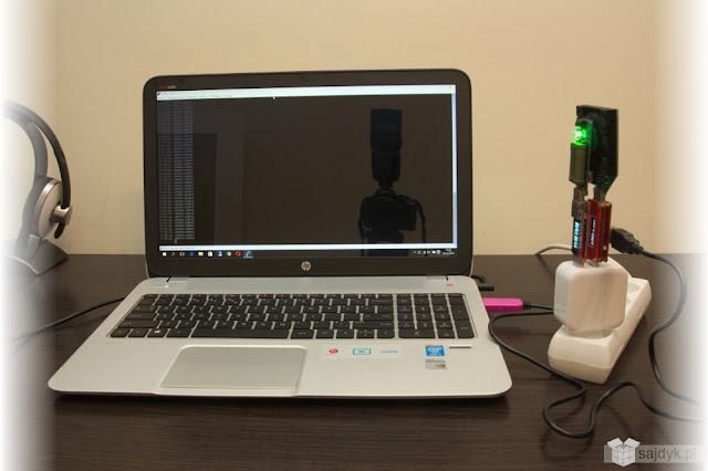 Zestaw testowy logujący napięcie i natężenie prądu na porcie z podłączonym regulowanym obciążeniem