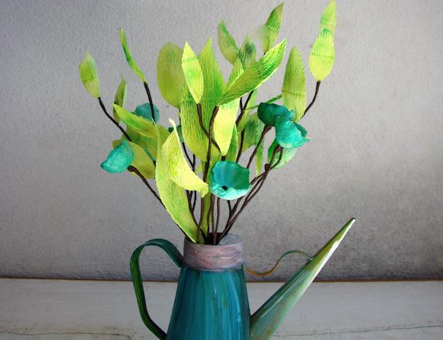 centrotavola di fiori di carta crespa e fiori secchi blu, per un matrimonio vintage