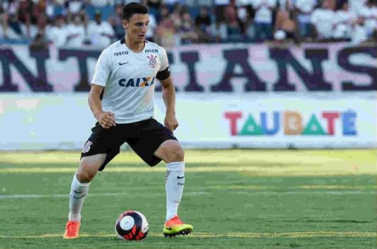 Mantuan muda de posição no Corinthians