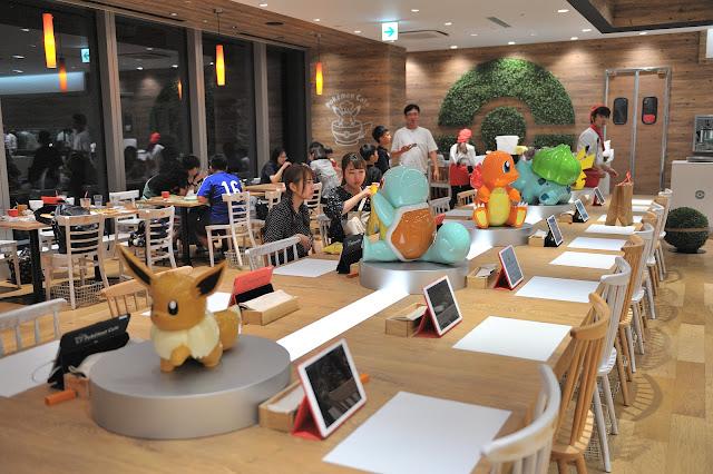 用餐區的另一邊比較可愛桌上有好多寶可夢的模型公仔,座在這一區可以跟可愛的寶可夢們一起用餐。