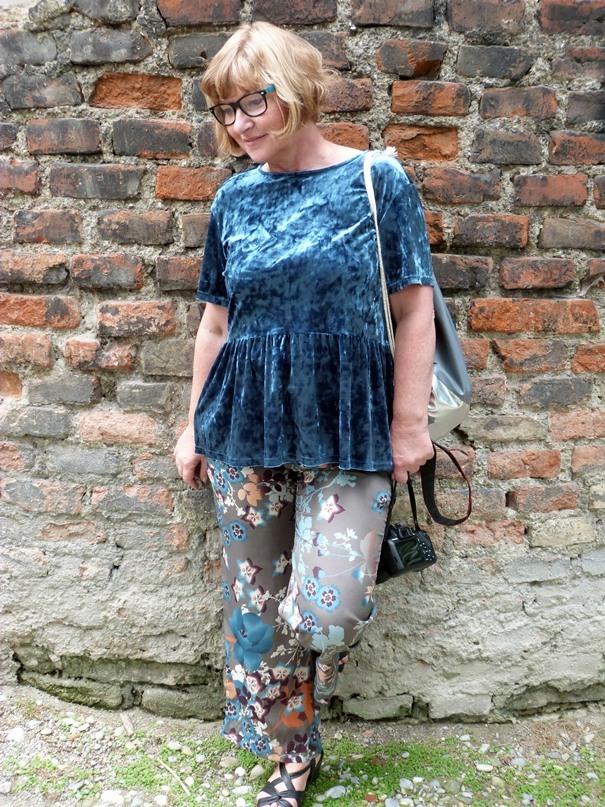 geblümte-hose-und-petrolfarbenes-pannesamt-shirt-mit-schösschen